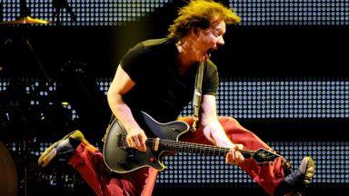 Продават на търг 2 от китарите на легендата Еди Ван Хален