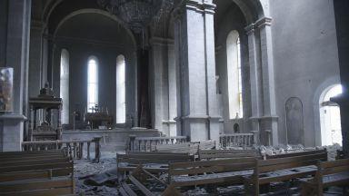 Снаряд удари историческа арменска катедрала в Нагорни Карабах (снимки/видео)