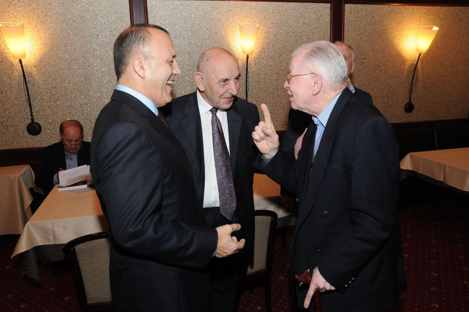 """С Румен Ралчев (вляво) на премиерата на """"Дипломатическа енциклопедия"""""""