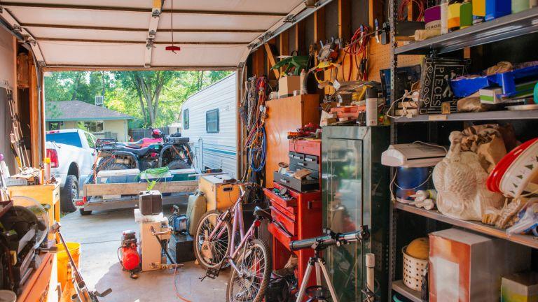 Сред 60 000 предмета, натрупани в дома и гаражите на