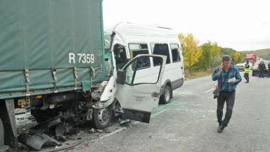3 жертви и 16 ранени, след като бусът се е забил в спрелия ТИР край ГКПП Лесово