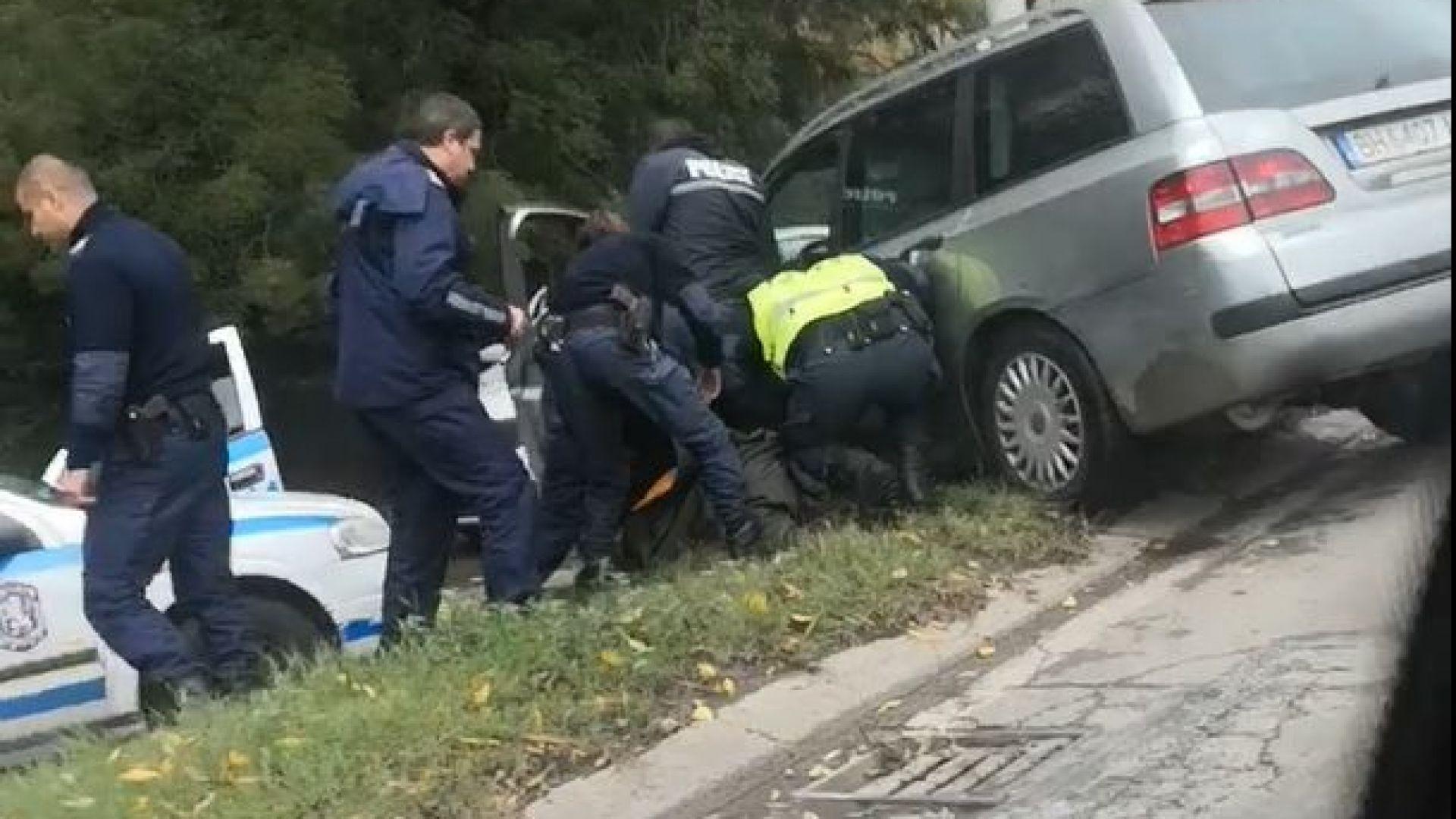 Шофьор със 17 висящи дела получи куршум в гърдите, след като сгази полицаи в София