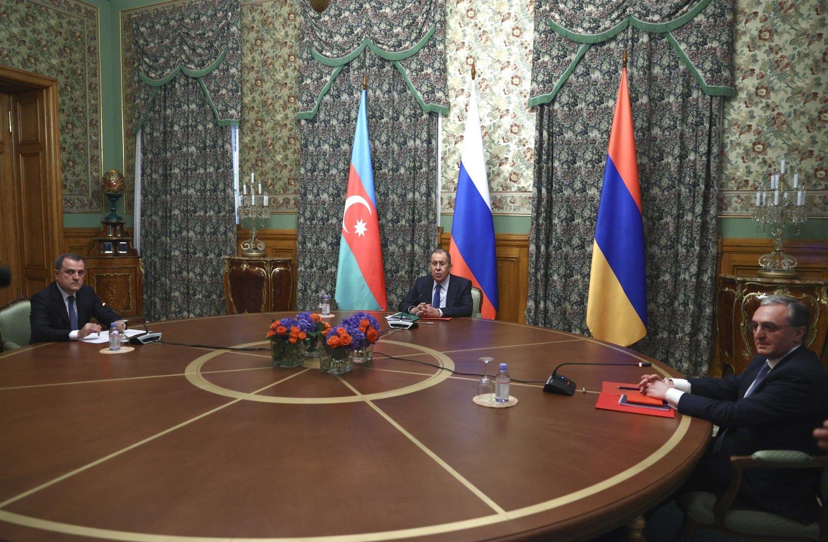 Сергей Лавров (в средата) и министрите на външните работи на Азербайджан Джейхун Байрамов (вляво) и на Армения Зограб Мнацаканян преговарят в Москва