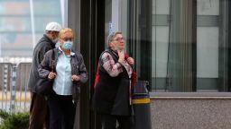 Задължителни маски навън при струпване, без маски на дистанция от 1.5 м