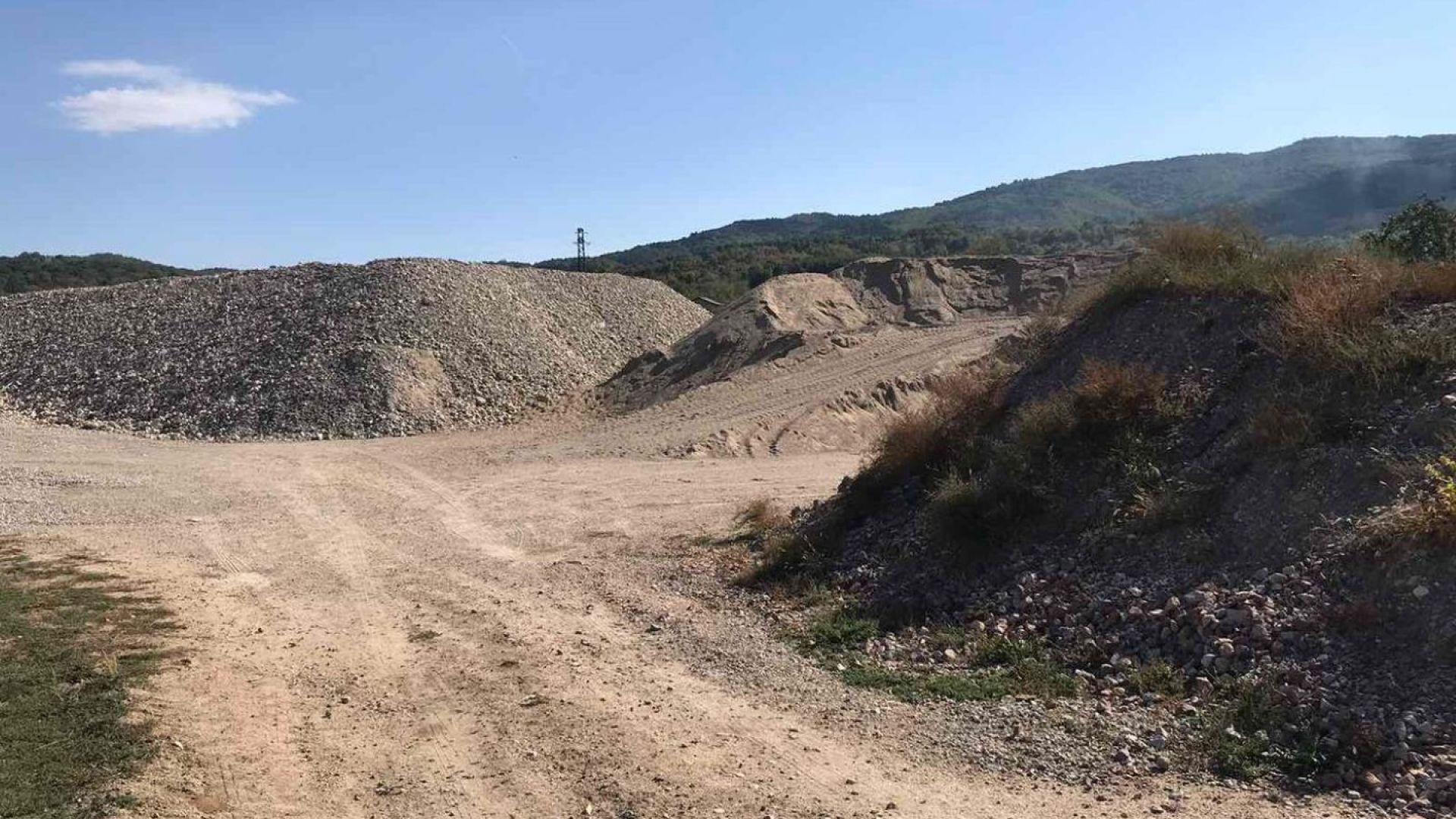 Разкриха голям незаконен добив на инертни материали от Струма (снимки)