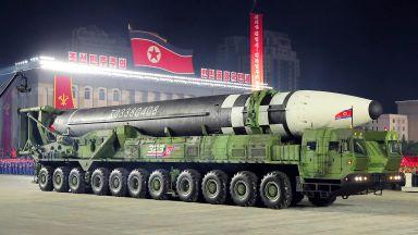Северна Корея показа нови оръжия на нощен парад (снимки)