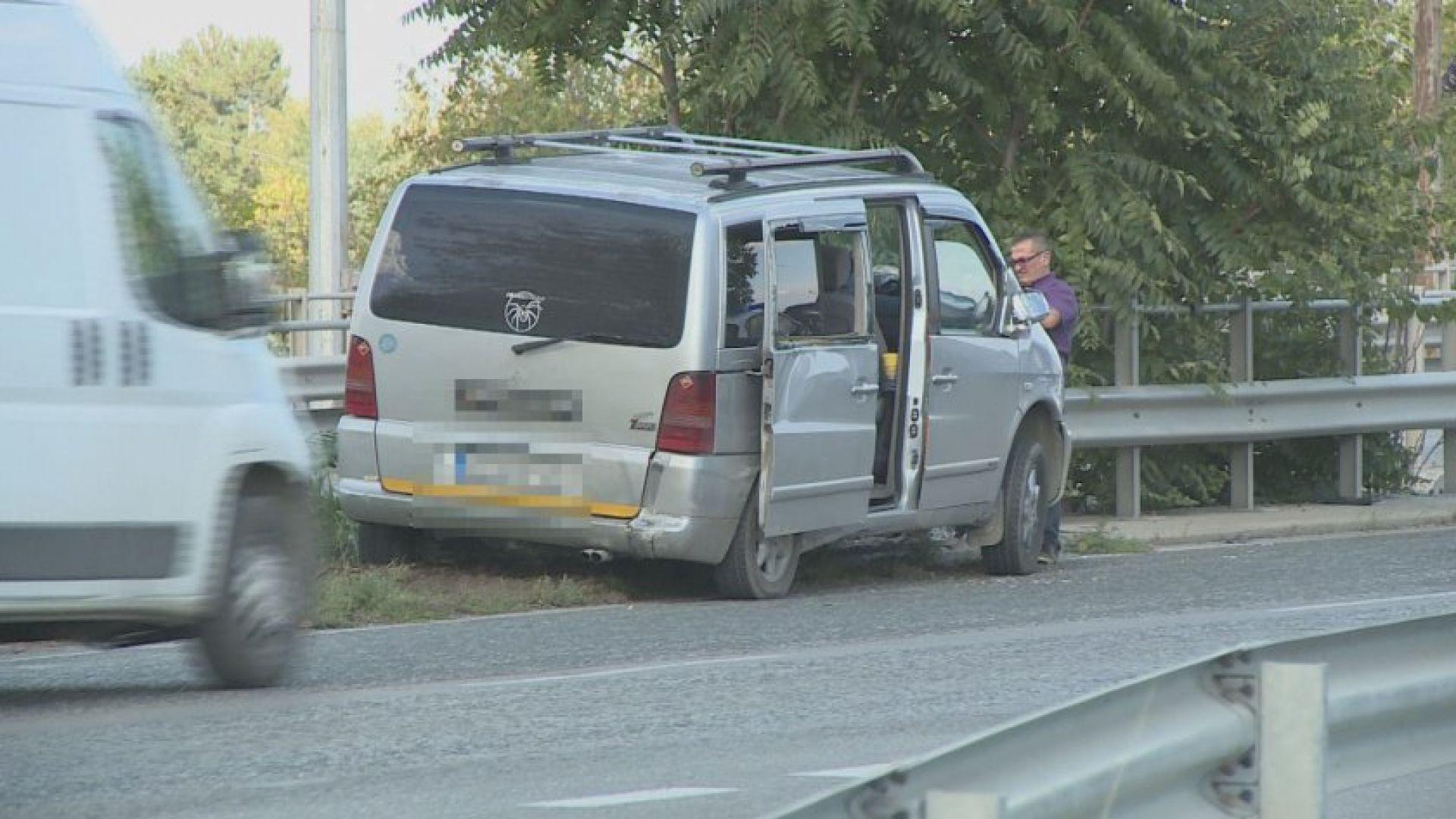 Бус и камион се сблъскаха на булевард в Русе (снимки)