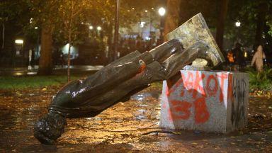 Демонстранти събориха паметници на Рузвелт и Линкълн в Портланд