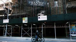 Театрите на Бродуей ще останат затворени до края на май 2021 г.