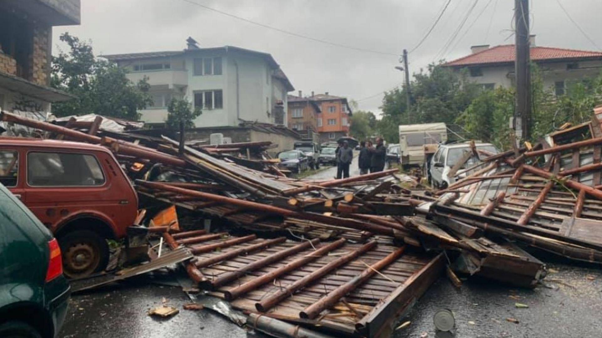 Ураганен вятър събори дървета и нанесе щети в Смолян