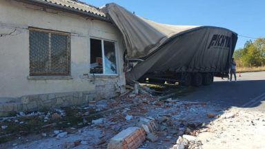 ТИР се вряза в цех за мебели в димитровградско село (снимки)