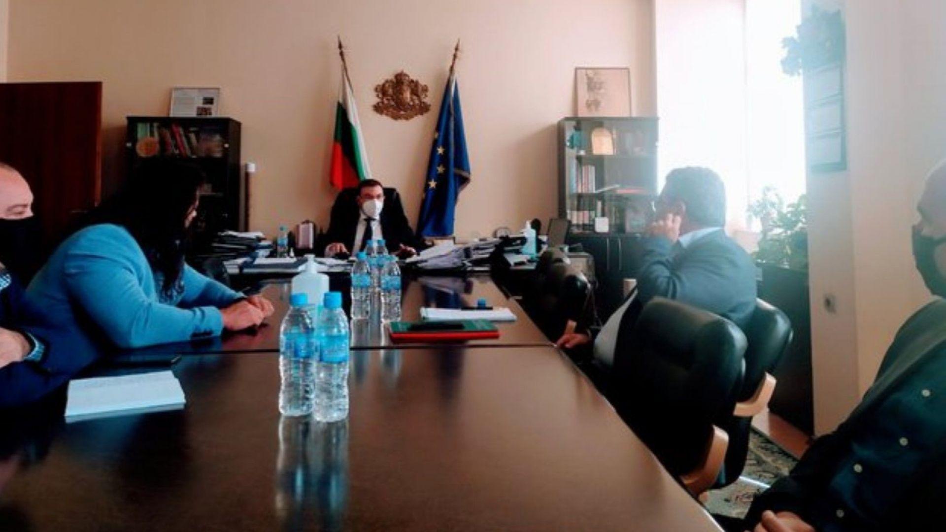 Министър Костадин Ангелов заяви пред представителите на ресторантьорския бизнес, че епидемиологичните мерки ще бъдат затегнати
