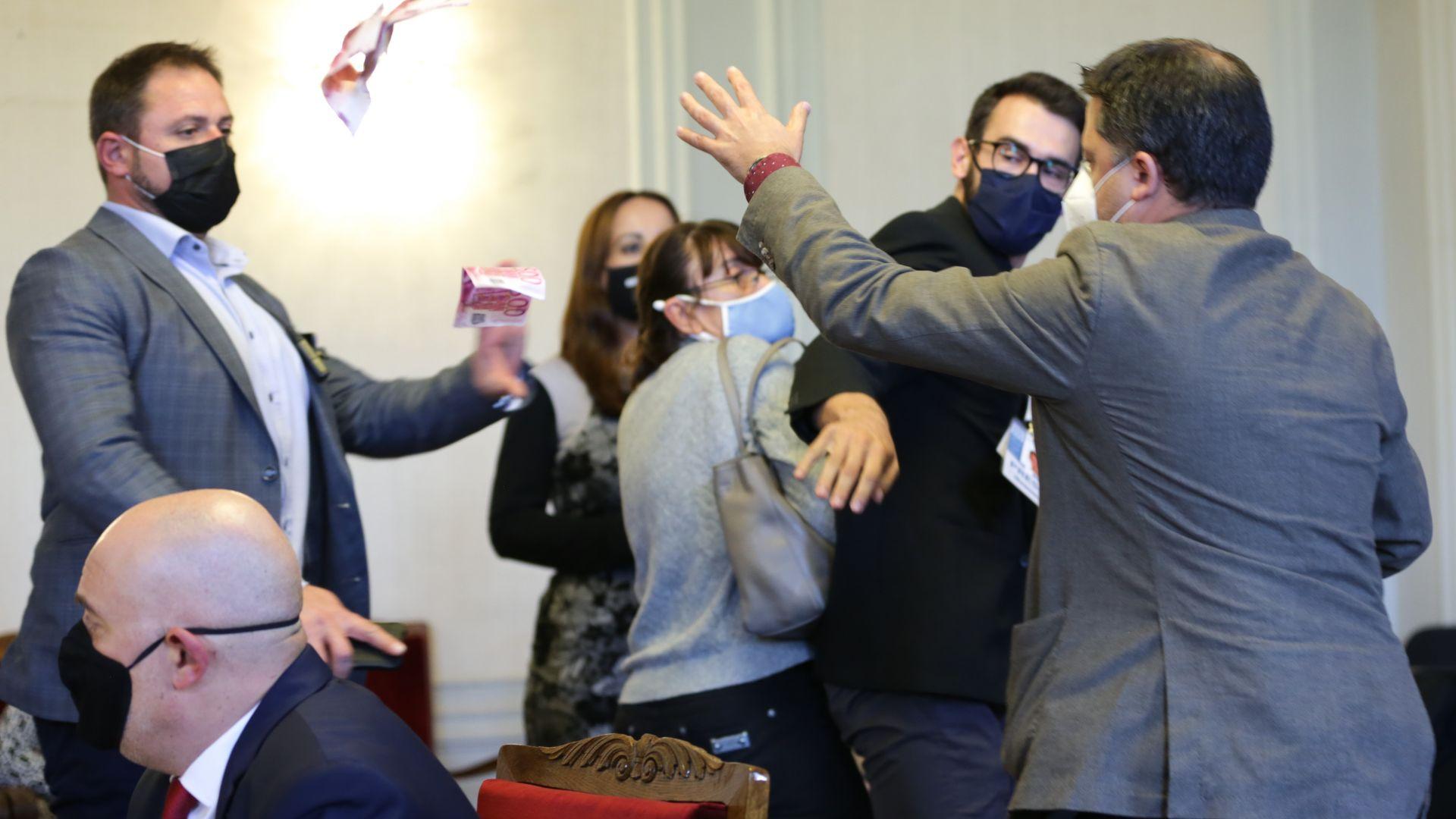 Мъж замери главния прокурор с фалшиви банкноти, изведоха го от парламента