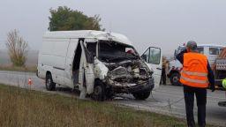 Млад мъж загина, жена се бори за живот след сблъсък на автобус и микробус