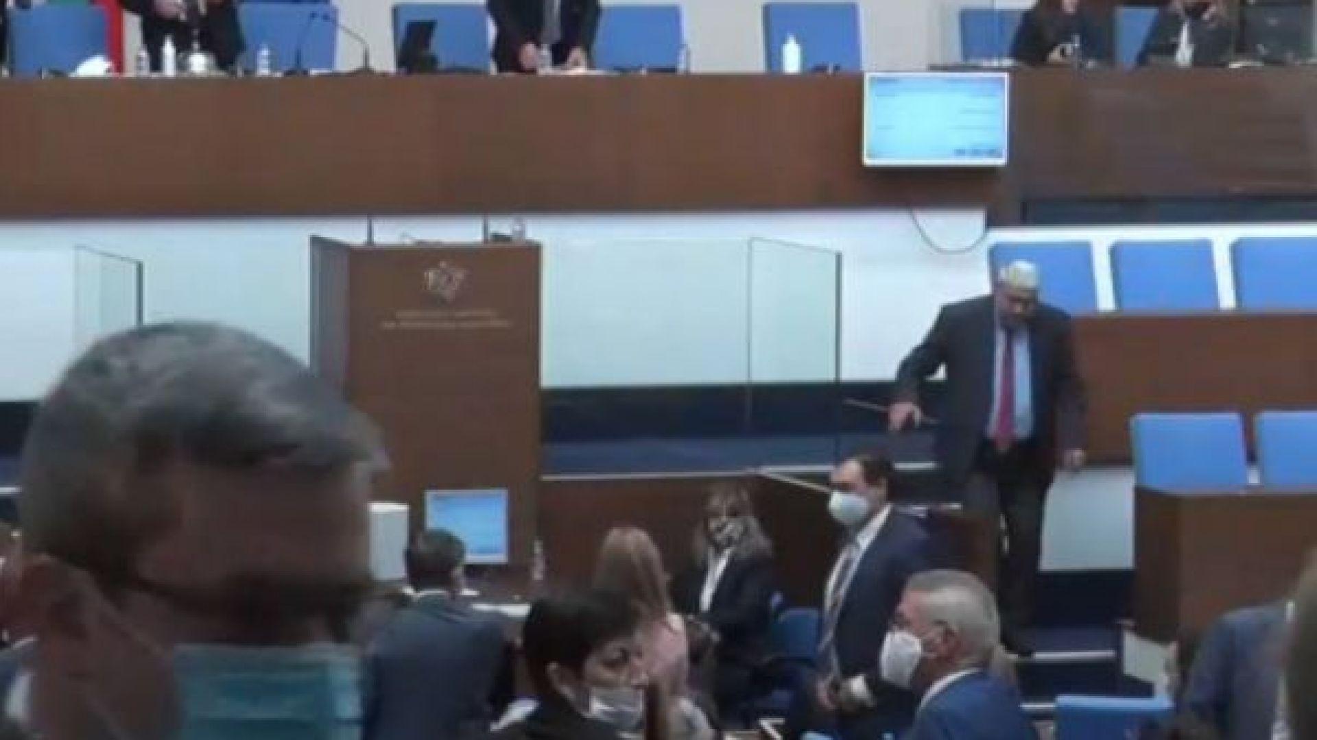 Заради една изчезнала папка: Спречкване между депутати от ГЕРБ и БСП и обвинение в кражба