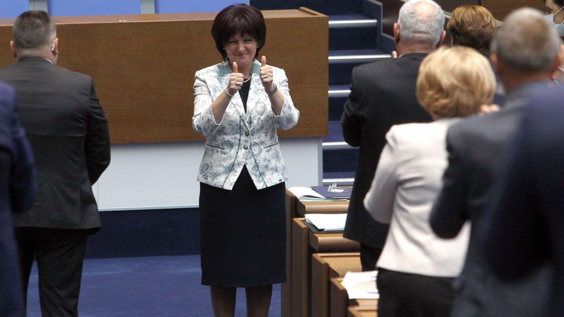 Очаквано: БСП и ДПС не успяха да свалят Цвета Караянчева, ГЕРБ ѝ подари цветя (снимки)