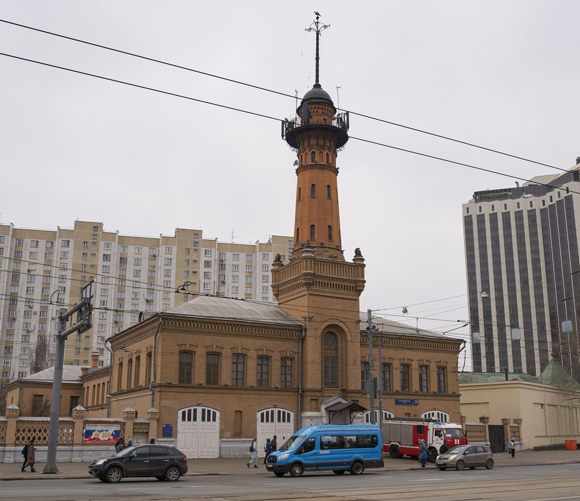 Дори излизайки от метрото, когато човек тепърва попада в района на 'Соколники', първото, което вижда, е старинна кула, от преди революцията