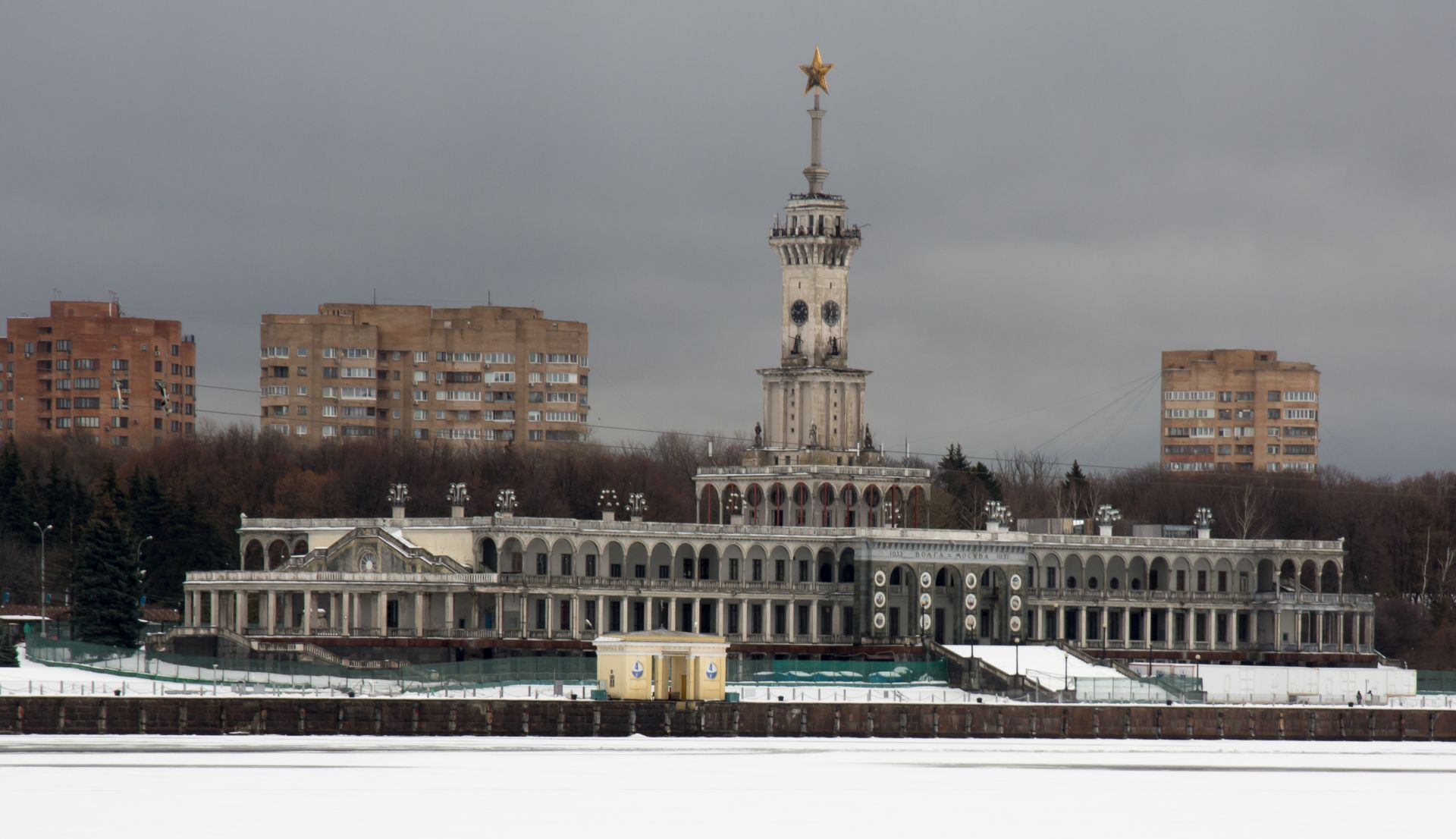 Севечерната речна гара на Москва  се намира в Левобережни район