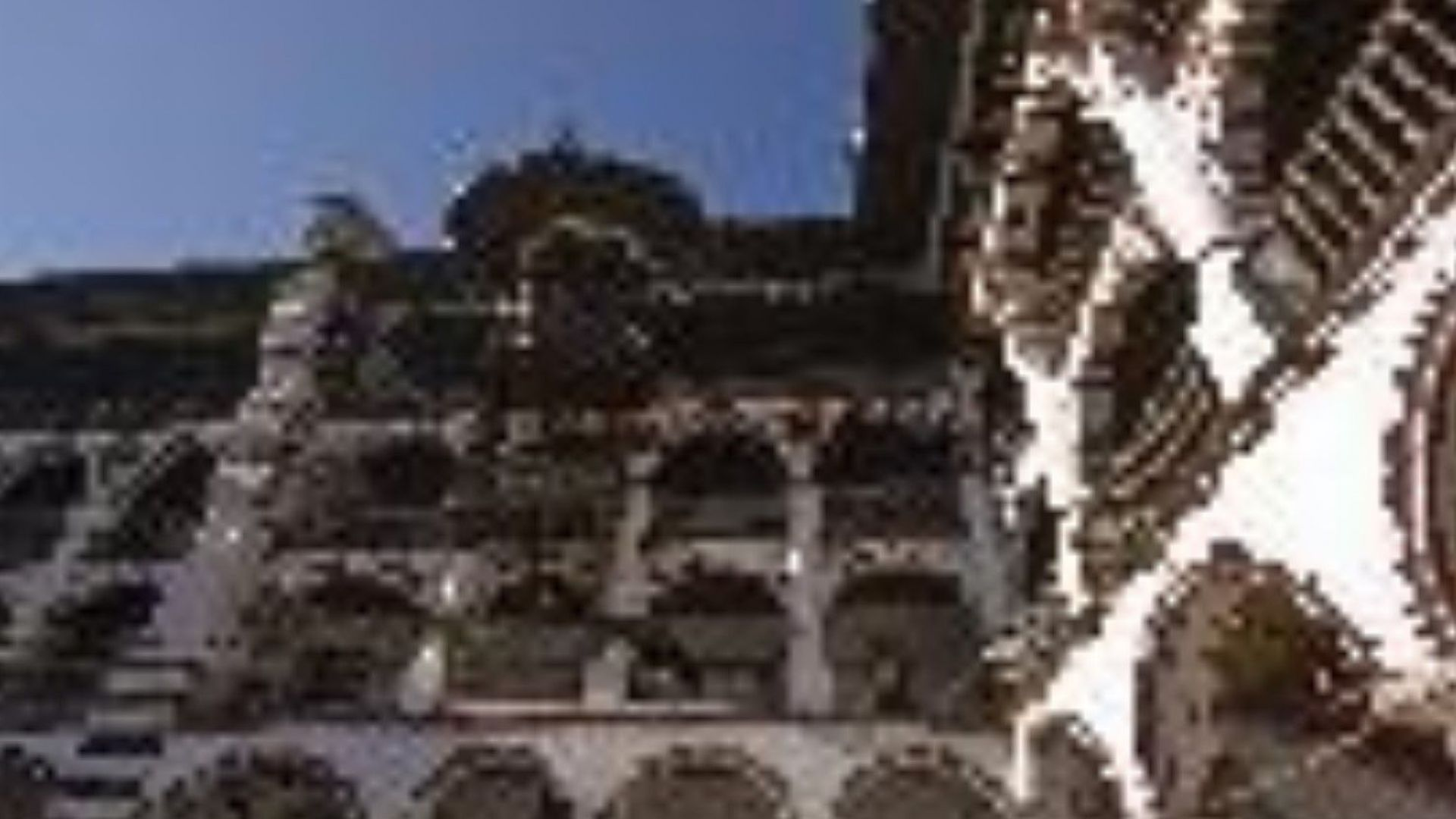 В манастира има около 300 килии и хотелска част