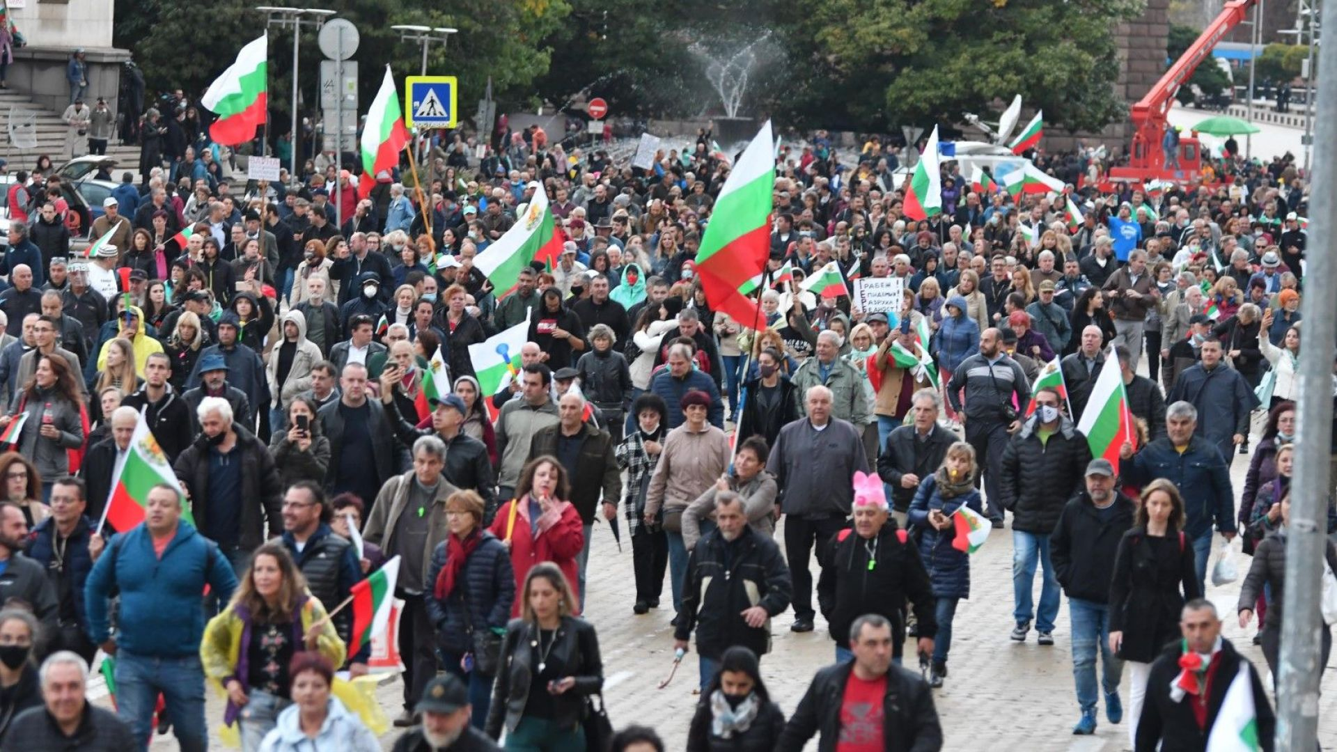 """Протестиращите блокираха движението по бул. """"Цар Освободител"""" и """"Дондуков"""""""
