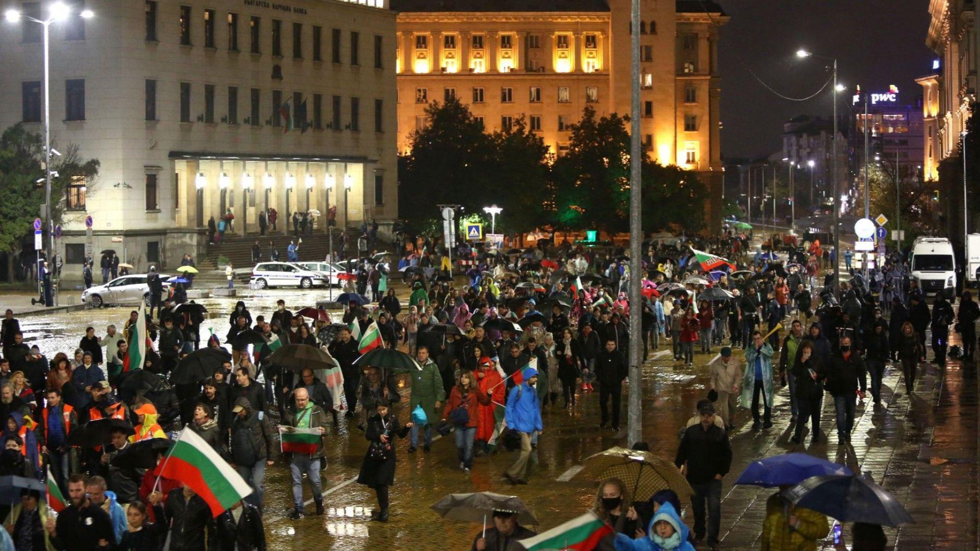 Петото Велико народно въстание се състоя въпреки проливния дъжд, напрежение пред БНТ