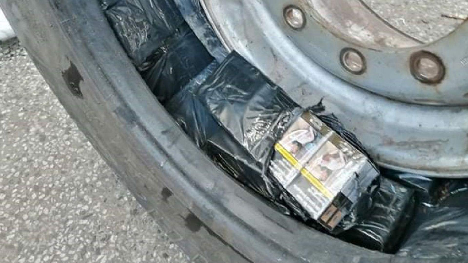 Откриха над 1640 кутии контрабандни цигари в тайници на турски тирове