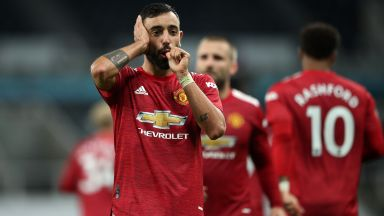 Три късни гола зарадваха ранения Манчестър Юнайтед