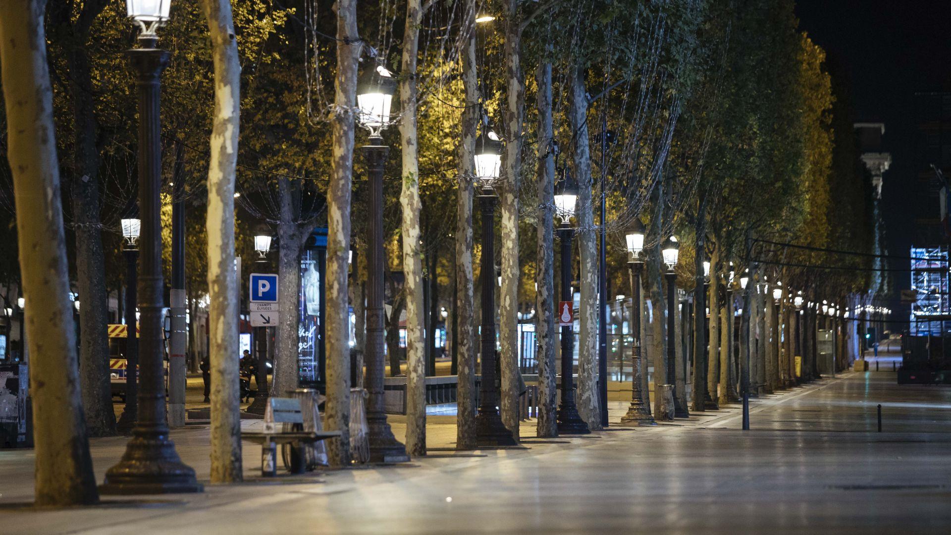 Париж опустя снощи след новите забрани (снимки)