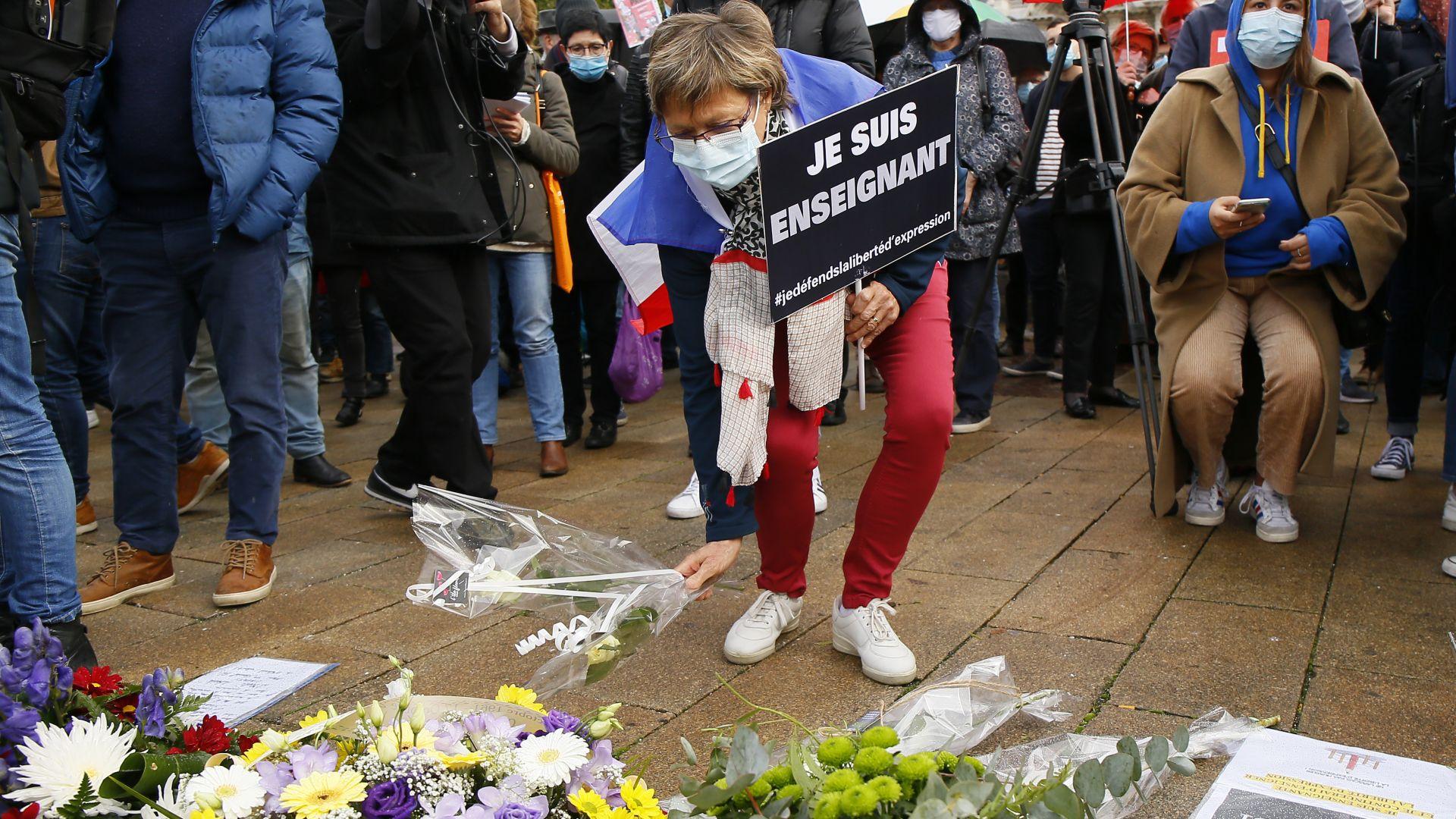 Стотици хиляди по площадите във Франция в памет на убития учител (снимки и видео)