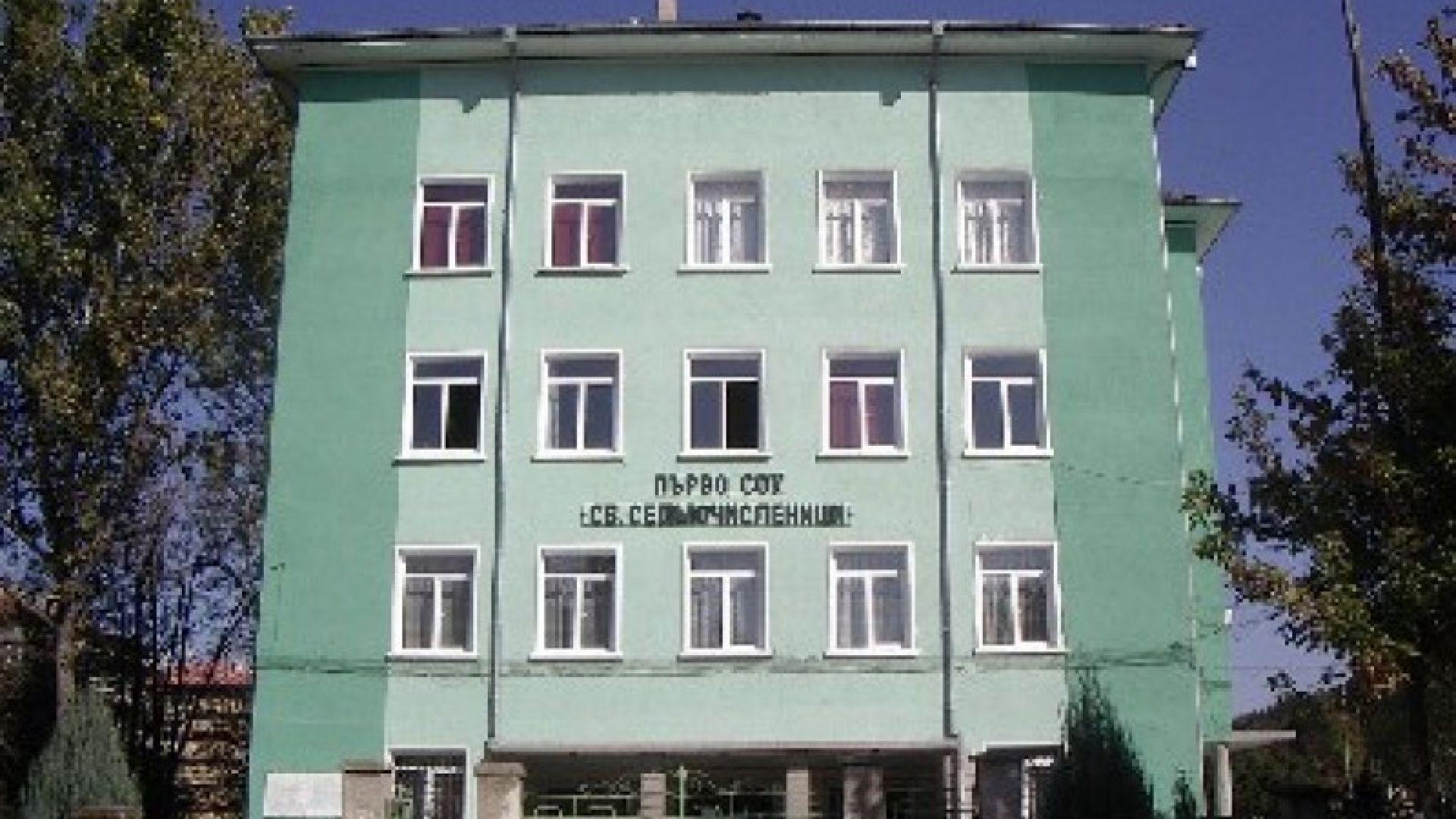 Учителка почина в Търговище, учениците молят да минат на дистанционно обучение