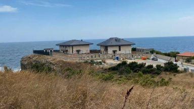 Събарят оградата на Буджака на Прокопиев, спират строежа на басейна