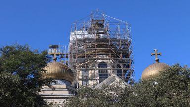Започна ремонтът на покрива на Катедралния храм във Варна (снимки)