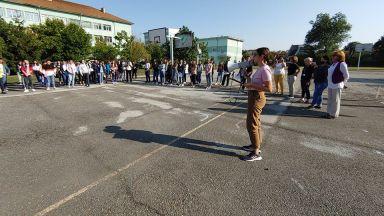 Училището на починалата преподавателка прие молбата от децата за дистанционно обучение