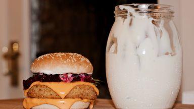 Без веге наденици и пържоли: Европарламентът се заема с бургерите