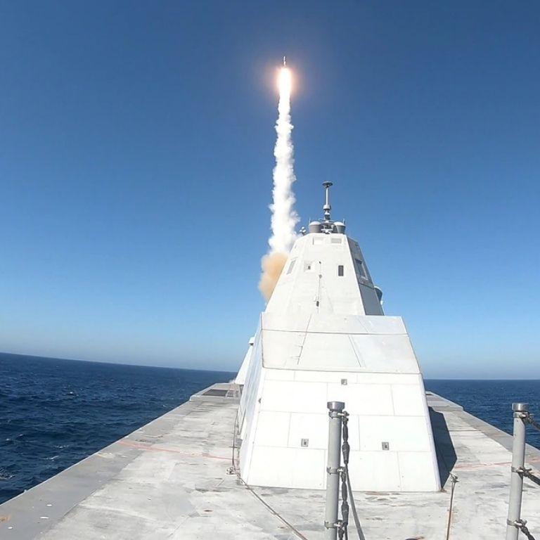 """""""Невидимият"""" кораб на САЩ изстреля ракета"""