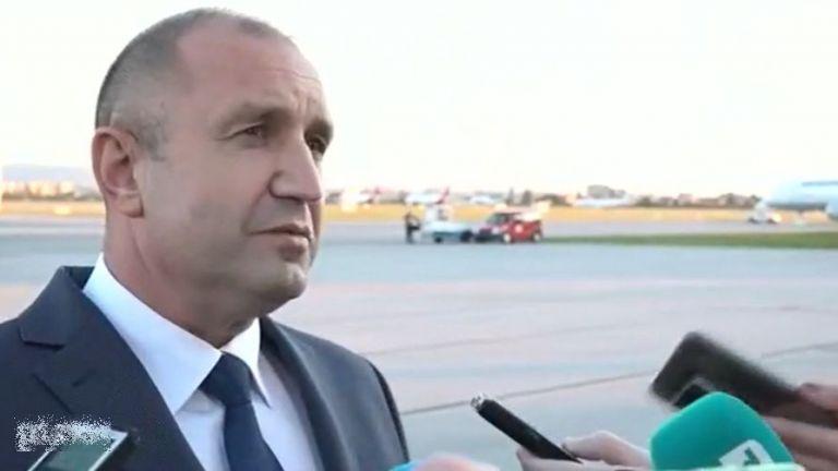 Президентът Румен Радев пристигна на Летище София, като самолетът с