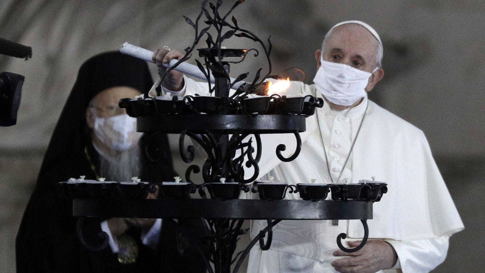 Папата за пръв път с маска по време на молитва  (видео)