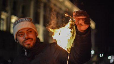 104 ден на протест: Горящи маски и покана за среща към Слави, Мая Манолова и Христо Иванов