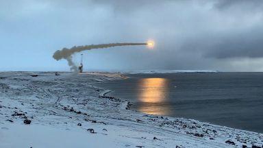 Русия тества ракети от най-северната си военна база (видео)