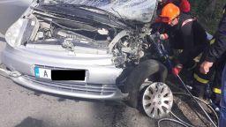 Трима ранени при челен сблъсък край Айтос, пътят е затворен (снимки)
