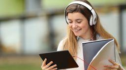 Видеоуроци и учебници с анимации срещу скуката в училище
