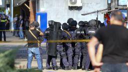Нападателят на банката в Грузия избяга с трима заложници (снимки и видео)