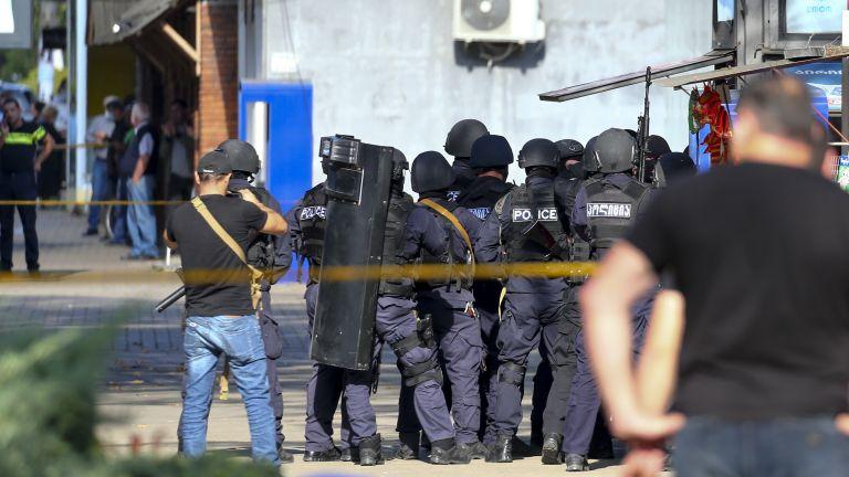 43 души са били освободени, след като въоръжен нападател ги
