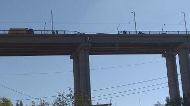 Камион падна от Аспаруховия мост във Варна, шофьорът е загинал