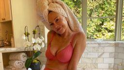 От банята: На 63 г. Мелани Грифит съблазнява със снимки по бельо