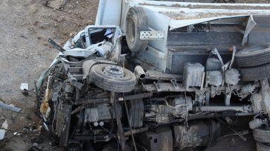 Камион падна от Аспаруховия мост във Варна, шофьорът загина (снимки)