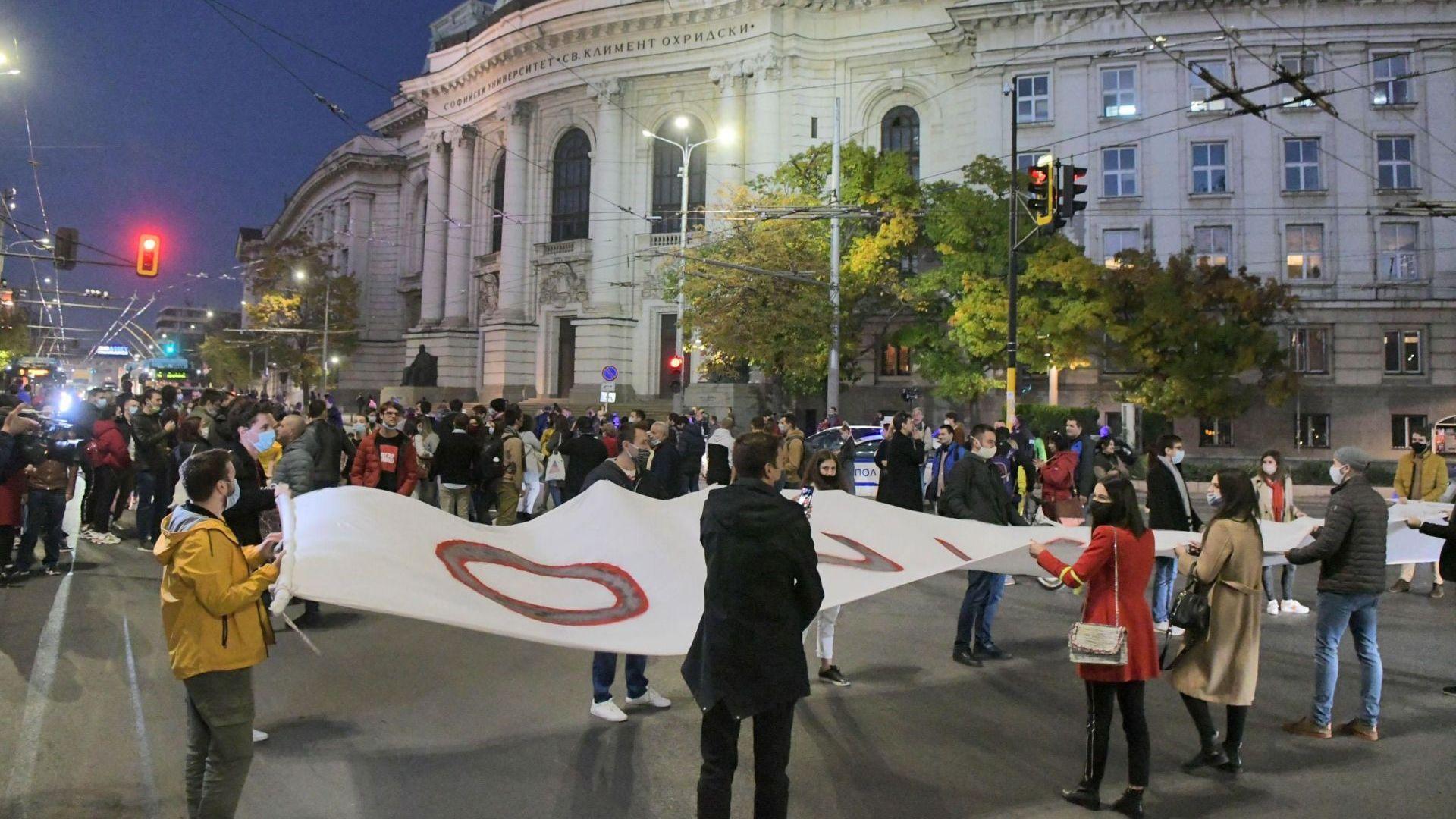 106-а вечер на протести - в София студенти блокираха кръстовище (снимки)