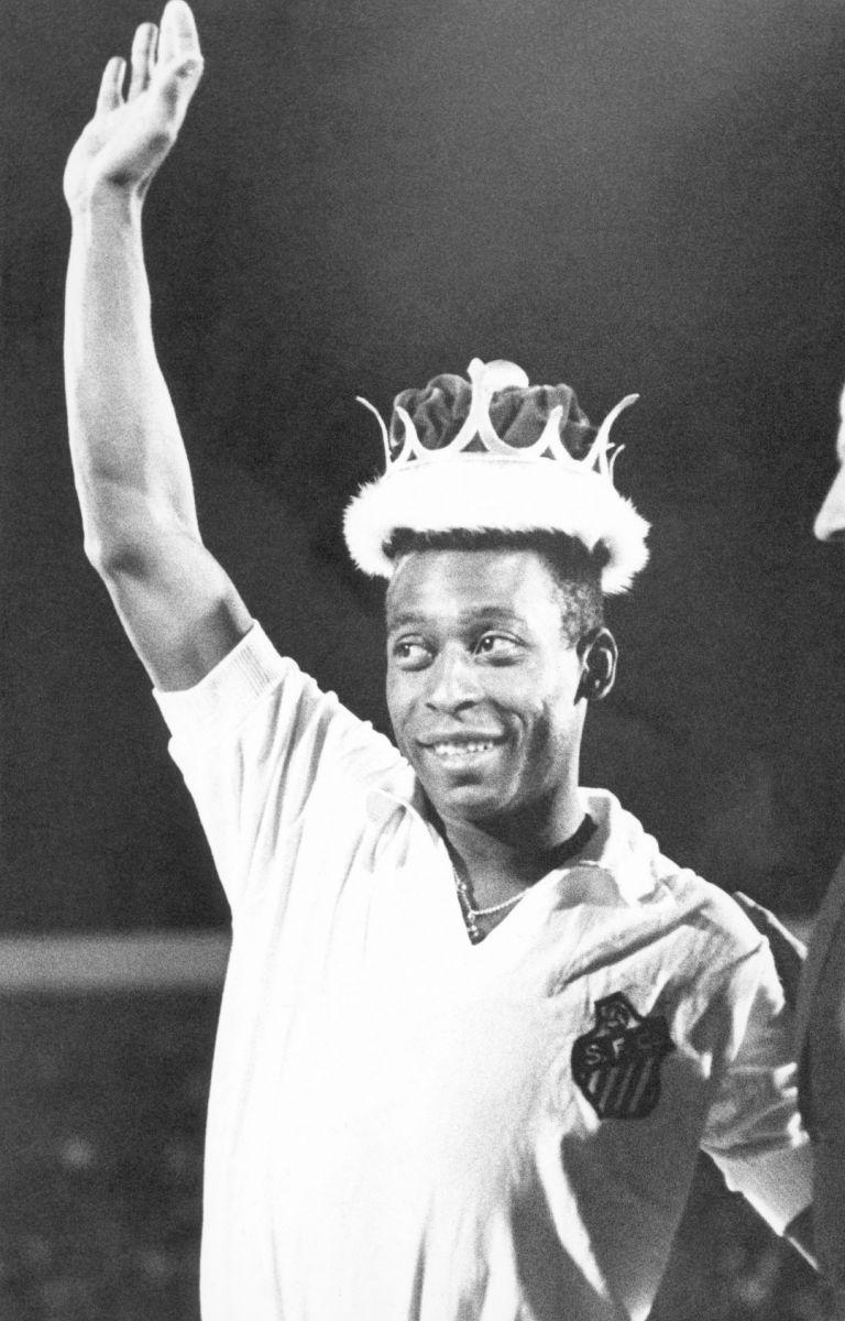 """Февруари 1969 г., Мексико сити. Местният клуб Америка подарява на Пеле корона, която е с детайли от злато и сребро, а цената е 13 000 долара. Клубът кани бразилеца, за да го обяви пред близо 100 000 зрители на """"Ацтека"""" за Крал на футбола. Пеле се появява на терена в екип на Сантос."""