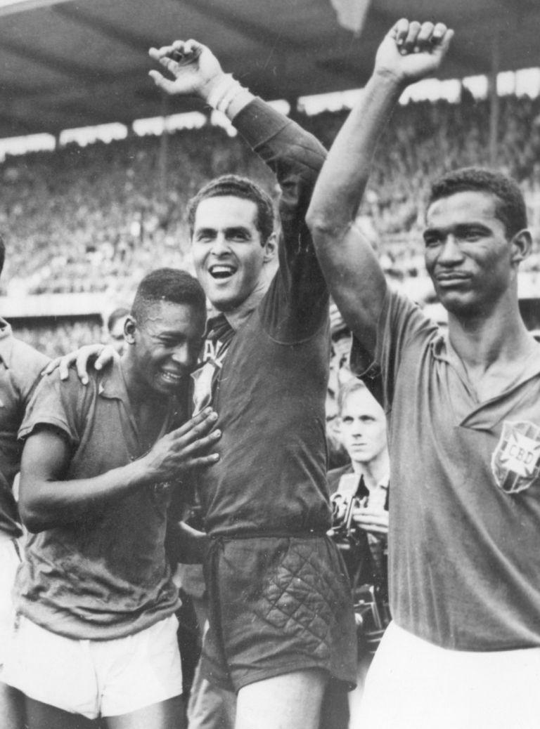 1958 г., Мондиал в Швеция. 17-годишното момче, превърнало се в герой и изумило света, плаче в прегръдките на вратаря Жилмар и лидера на тима Диди. Бразилия за първи път е световен шампион!