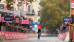 """Невиждан протест на """"Джиро""""-то, колоездачите """"взеха автобуса"""" за половин етап"""